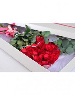 Bouquet of red roses in a smart box | Flowers to girlfriend